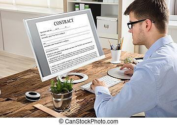 hombre de negocios, el mirar, contrato, en, pantalla de computadora