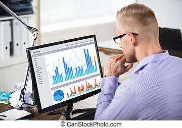 hombre de negocios, el mirar, gráfico, en, computadora