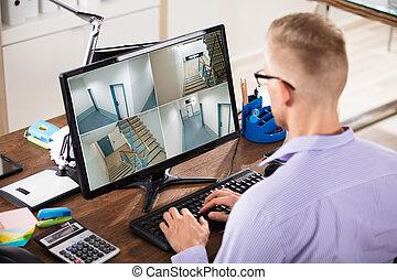 hombre de negocios, el mirar, longitud pies circuito cerrado television, en, computadora