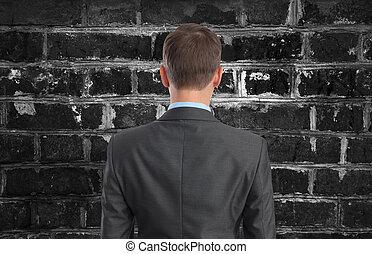 hombre de negocios, el mirar, pared ladrillo