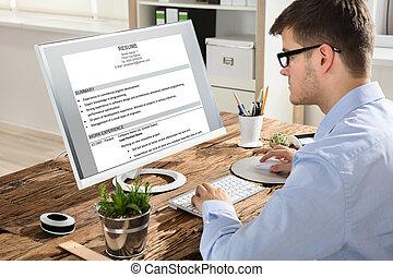 hombre de negocios, el mirar, resumen, en, computadora
