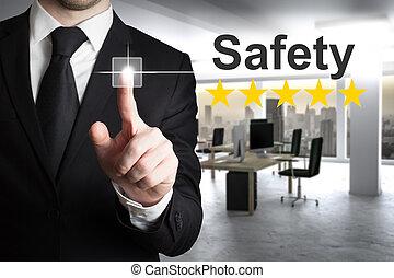 hombre de negocios, empujar, botón, seguridad, cinco, estrella, clasificación