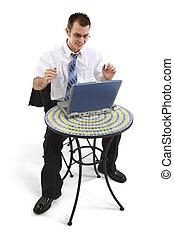 hombre de negocios, en, bistro, tabla, con, trabajo encendido, computador portatil