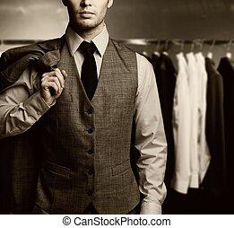 hombre de negocios, en, clásico, chaleco, contra, fila, de, trajes, en, tienda