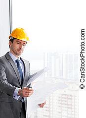 hombre de negocios, en, construcción, casco