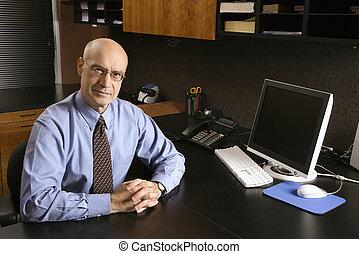 hombre de negocios, en, desk.