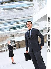 hombre de negocios, en, edificio de oficinas