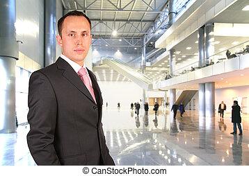hombre de negocios, en, el, vestíbulo