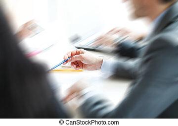 hombre de negocios, en, escritorio de oficina