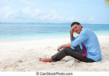 hombre de negocios, en la playa