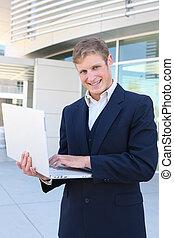 hombre de negocios, en, oficina, con, computador portatil