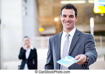 hombre de negocios, encima, entregar, boleto, aire