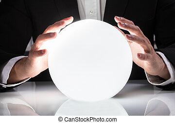 hombre de negocios, entregue, bola de cristal