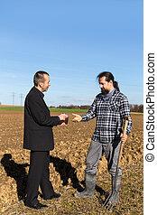 hombre de negocios, es, dar dinero, a, un, granjero