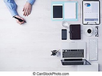 hombre de negocios, escritorio, oficina, trabajando, creativo