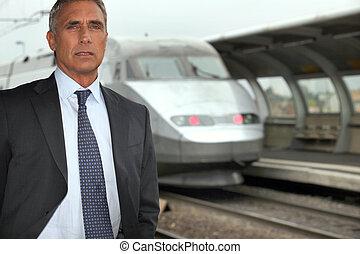hombre de negocios, estación de tren, retrato