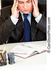 hombre de negocios estresado, consciente, de, se acercar, deadline., closeup.
