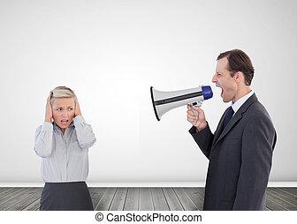 hombre de negocios, gritos, con, un, megáfono, en, el suyo,...