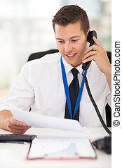 hombre de negocios, hablar, en, teléfono de landline