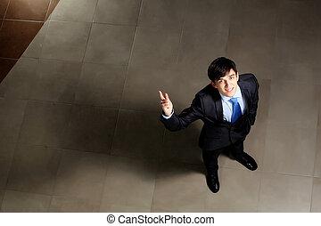 hombre de negocios, joven, señalar el dedo