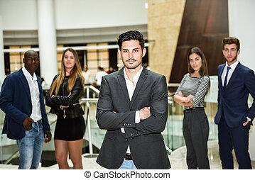 hombre de negocios, líder, con, armamentos cruzaron, en, entorno de trabajo