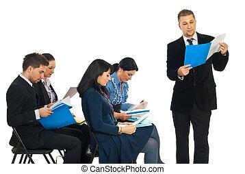 hombre de negocios, lectura, carpeta, en, seminario