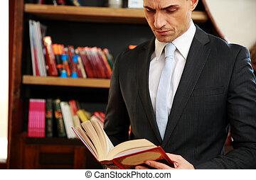 hombre de negocios, lectura, el, libro, en, biblioteca