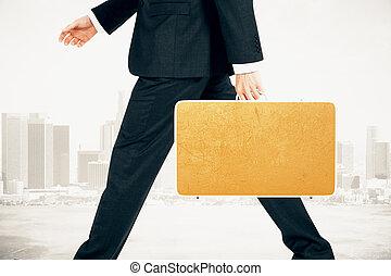 hombre de negocios, lleva, maleta, en, ciudad, plano de fondo, simulado, arriba