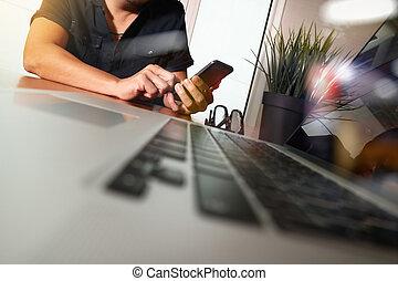 hombre de negocios, mano, trabajando, con, nuevo, moderno, computadora, y, elegante, teléfono, y, estrategia de la corporación mercantil, en, escritorio de madera, como, concepto