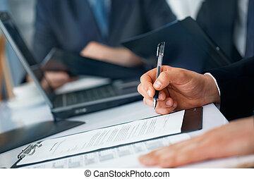 hombre de negocios, manos, con, pluma y, documentos