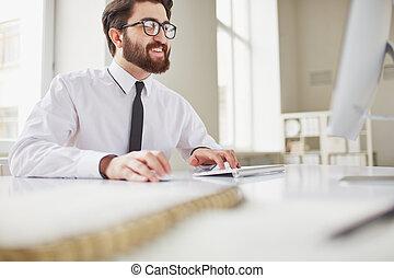 hombre de negocios, mecanografía