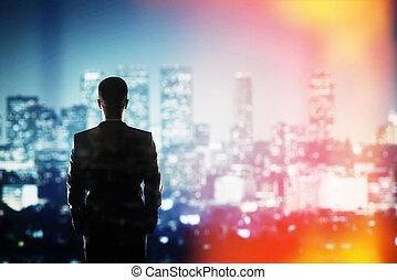 hombre de negocios, mirar, a, noche, ciudad