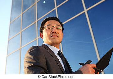 hombre de negocios, mirar cámara del juez, delante de, la oficina
