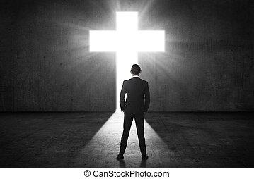 hombre de negocios, mirar, el, brillar, cruz, en, la pared