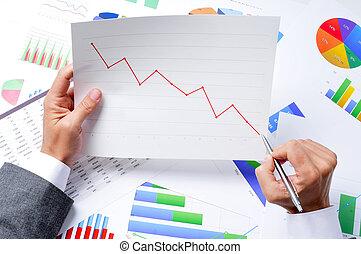 hombre de negocios, observar, un, gráfico, con, un, hacia abajo, tendencia