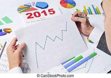 hombre de negocios, observar, un, gráfico, con, un, tendencia ascendente