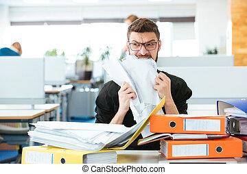 hombre de negocios, papel, oficina, morder