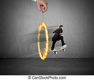 hombre de negocios, patinaje, en, dinero, monopatín, por, fuego, círculo