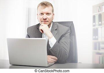hombre de negocios, pensativo, cámara, mirar fijamente