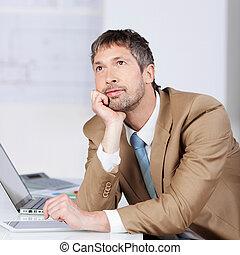 hombre de negocios, pensativo, escritorio, barbilla, mano