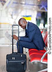 hombre de negocios, periódico de la lectura, en, aeropuerto