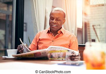 hombre de negocios, periódico de la lectura