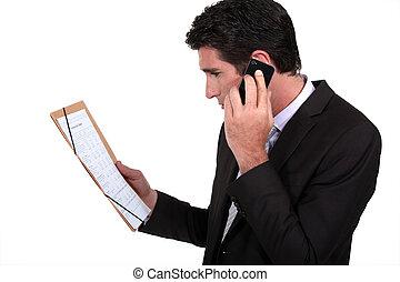 hombre de negocios, por teléfono, discutir, con, socios de negocio, sobre, contrato