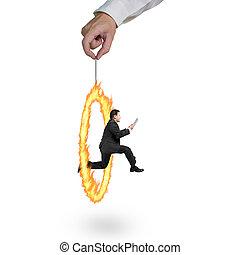 hombre de negocios, saltar, por, fuego, círculo, tenencia de la mano, aislado, en