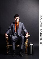 hombre de negocios, se sentar sobre el sillón de la...