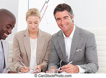 hombre de negocios, sonriente, reunión