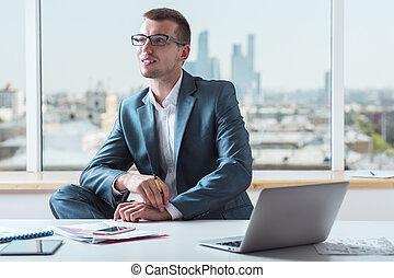 hombre de negocios, sonriente, traje
