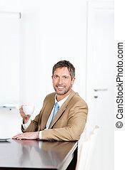 hombre de negocios, sostener la taza de café, en el escritorio, en, oficina