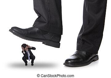 hombre de negocios, steping, en, un, miedo, hombre