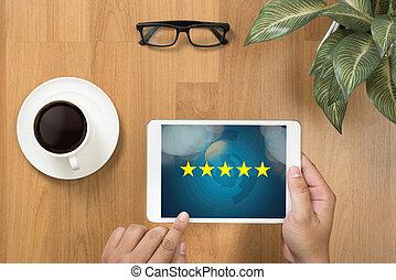 hombre de negocios, tenencia, cinco, estrella, clasificación, aumento, clasificación, o, clasificación, evaluación, y, clasificación, concepto